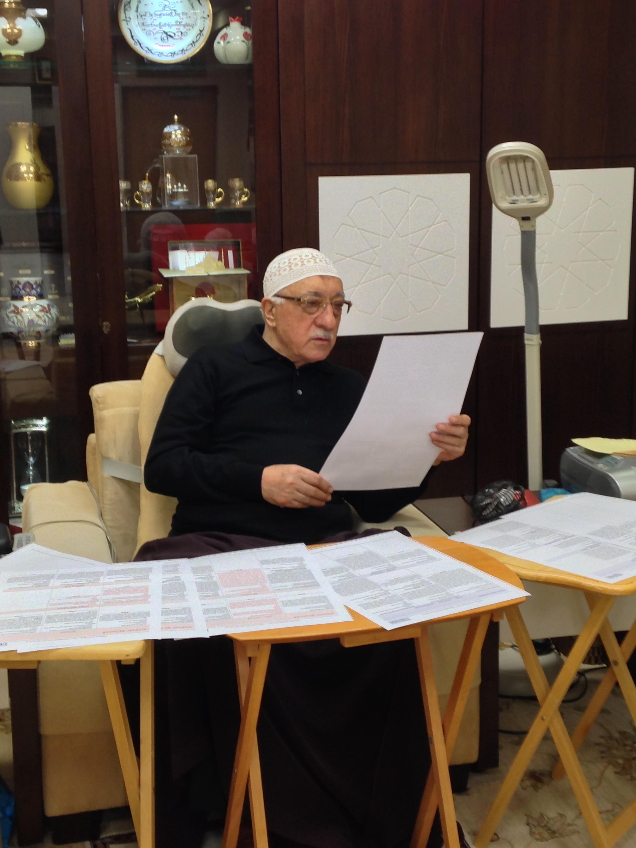 Muhterem Fethullah Gülen Hocaefendi, dergilerin gelecek sayılarında yayınlanacak makaleleri seçerken