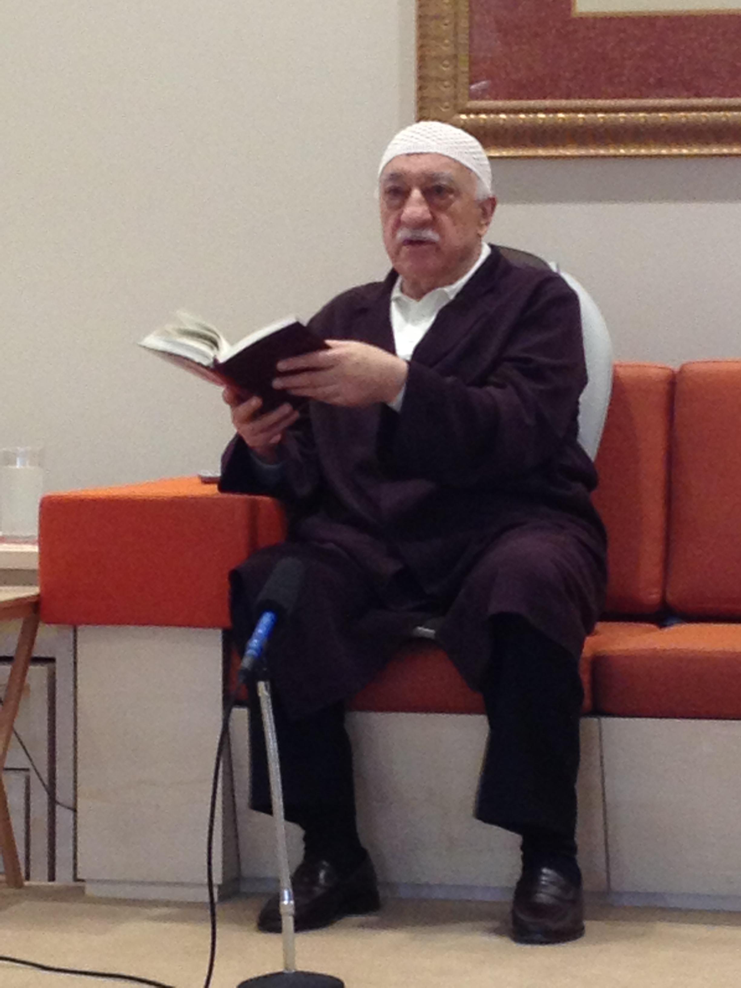 Muhterem Fethullah Gülen Hocaefendi, ders sırasında