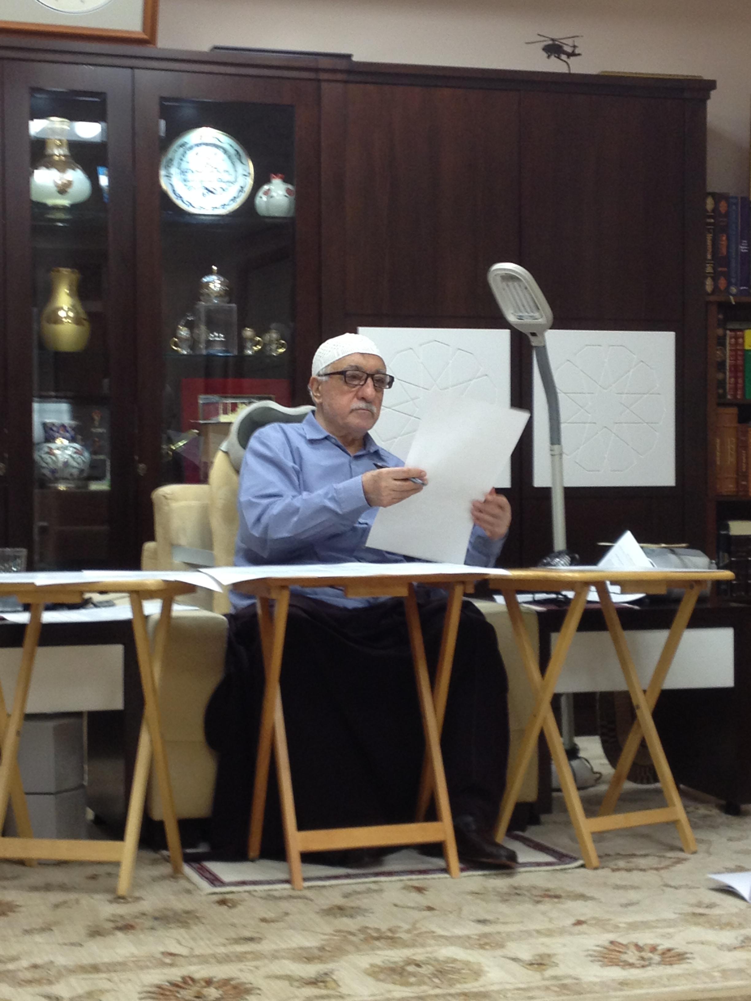 Muhterem Fethullah Gülen Hocaefendi, Yeni Ümit ve Hira dergilerinin gelecek sayılarının mizanpajlarıyla meşgul olurken