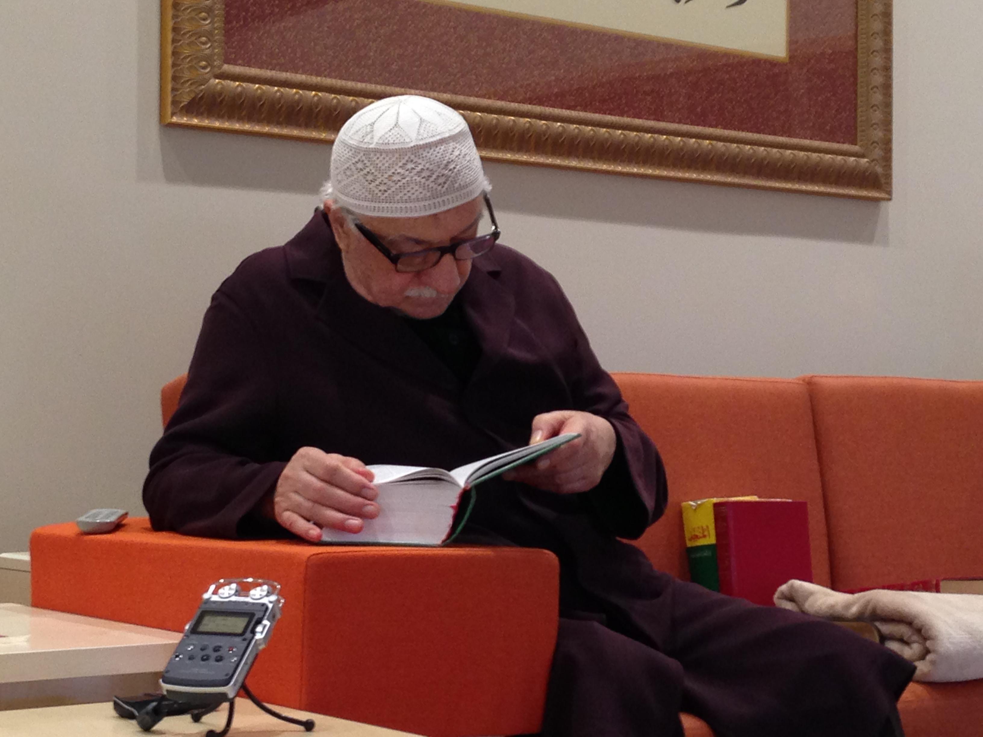 Muhterem Fethullah Gülen Hocaefendi bugünkü derste bir kelimenin farklı manaları için lügate bakarken