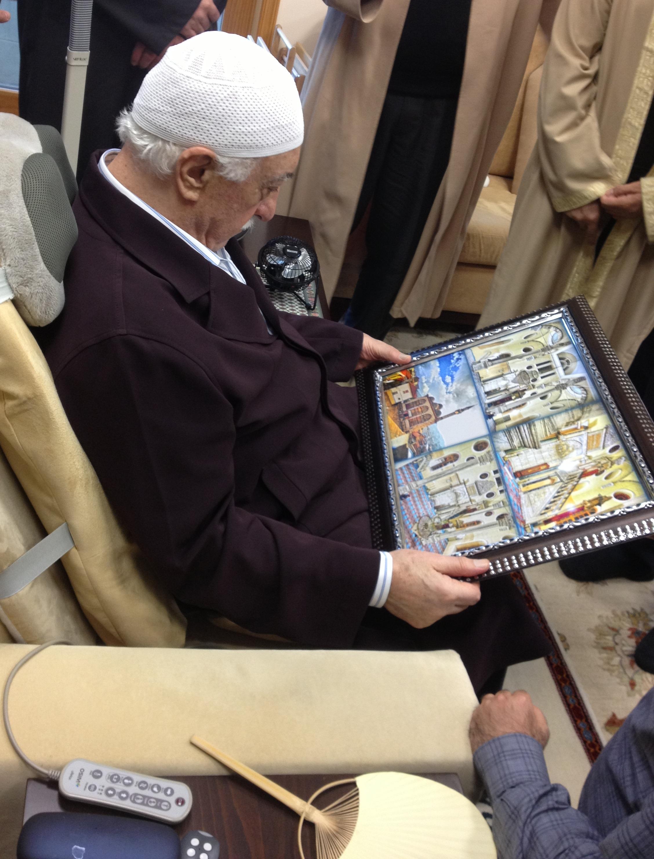 Muhterem Fethullah Gülen Hocaefendi, Kestanepazarı tablosuna bakarak camiyi, yurdu ve tahta kulübeyi tarif edip hatıralarını anlatırken