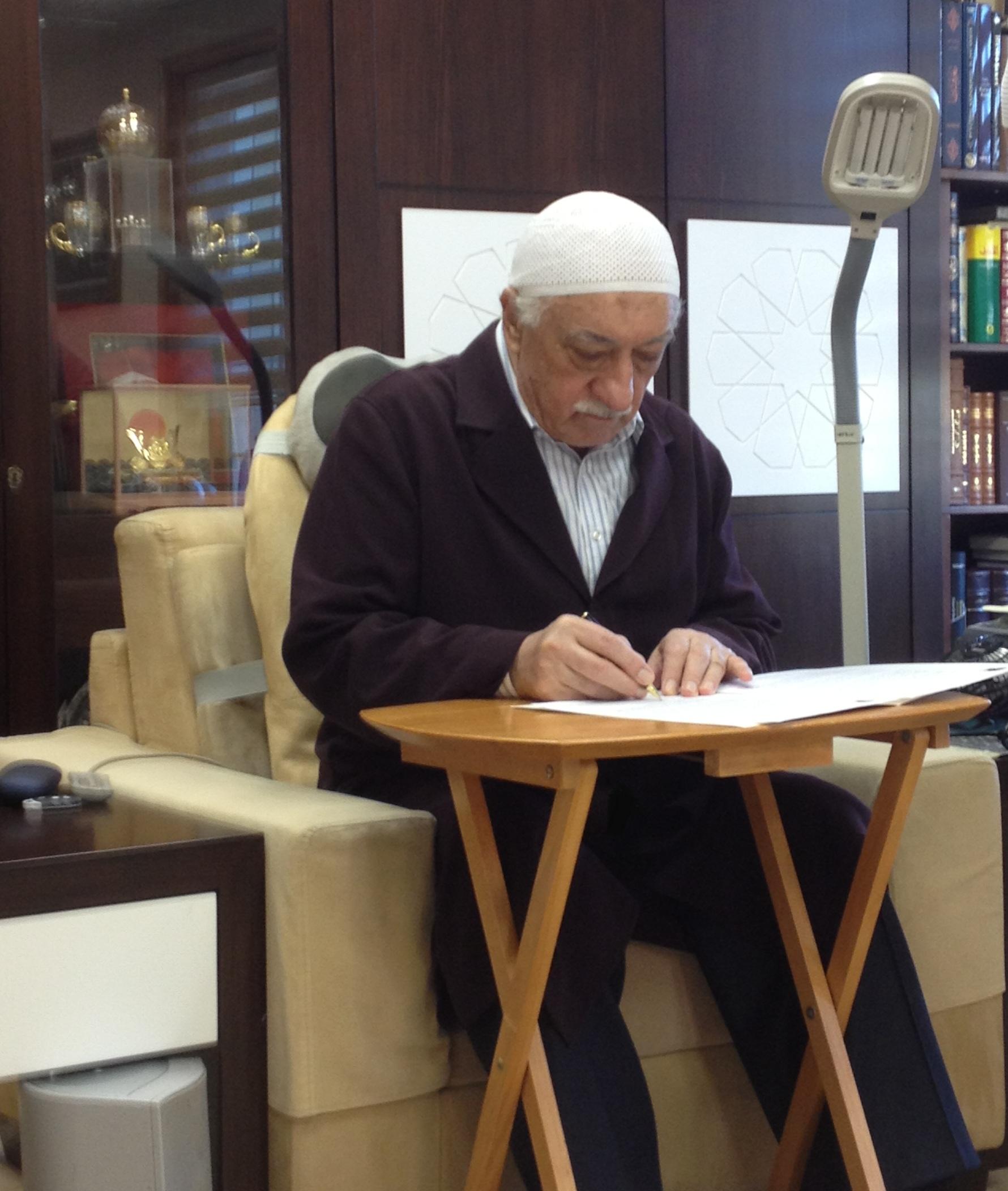 Muhterem Fethullah Gülen Hocaefendi Senegal'de düzenlenecek olan konferansa göndereceği mesajı imzalarken