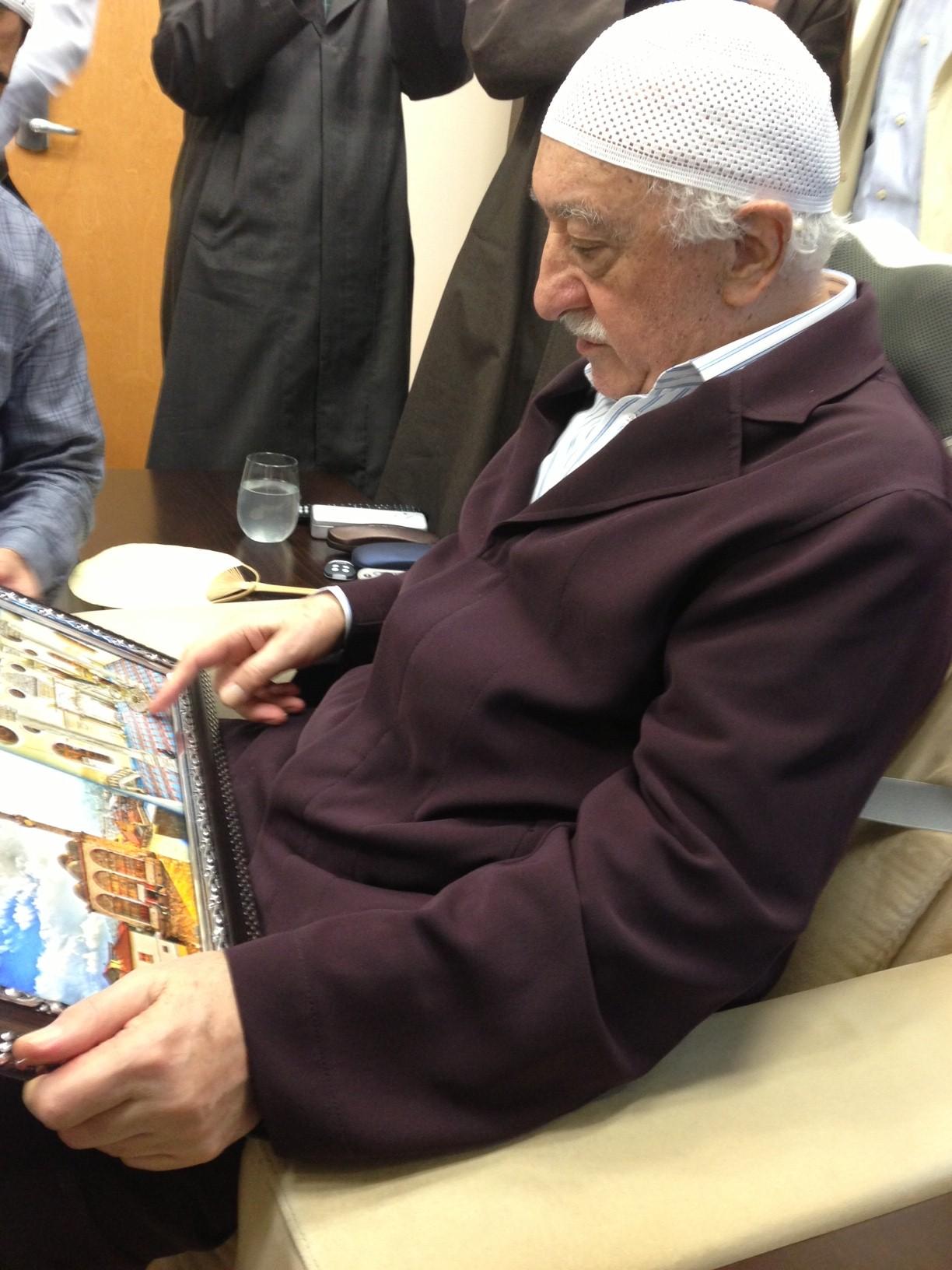 Fotoğraf: Muhterem Fethullah Gülen Hocaefendi, Kestanepazarı tablosuna bakarak camiyi, yurdu ve tahta kulübeyi tarif edip hatıralarını anlatırken