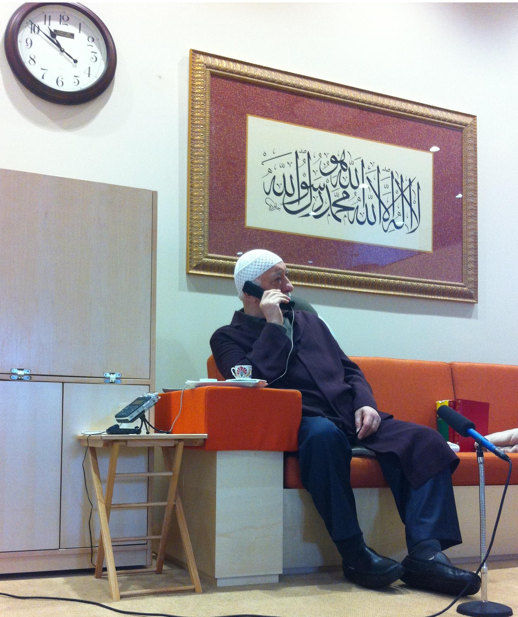 Bu sabahki iki ders arasında Muhterem Fethullah Gülen Hocaefendi  telefonla konuşurken: