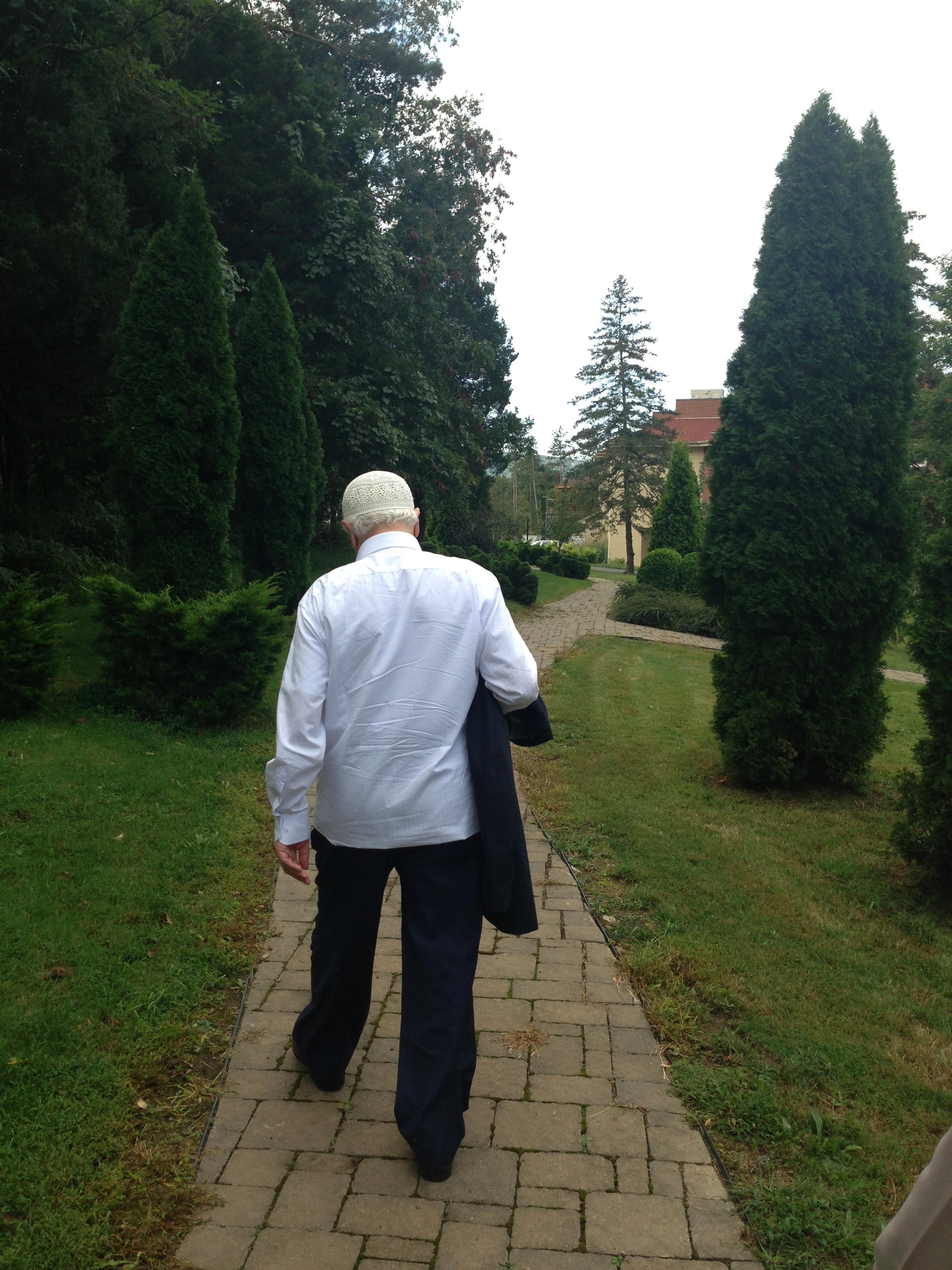 Muhterem Fethullah Gülen Hocaefendi, Cuma namazı için büyük binadaki mescide giderken