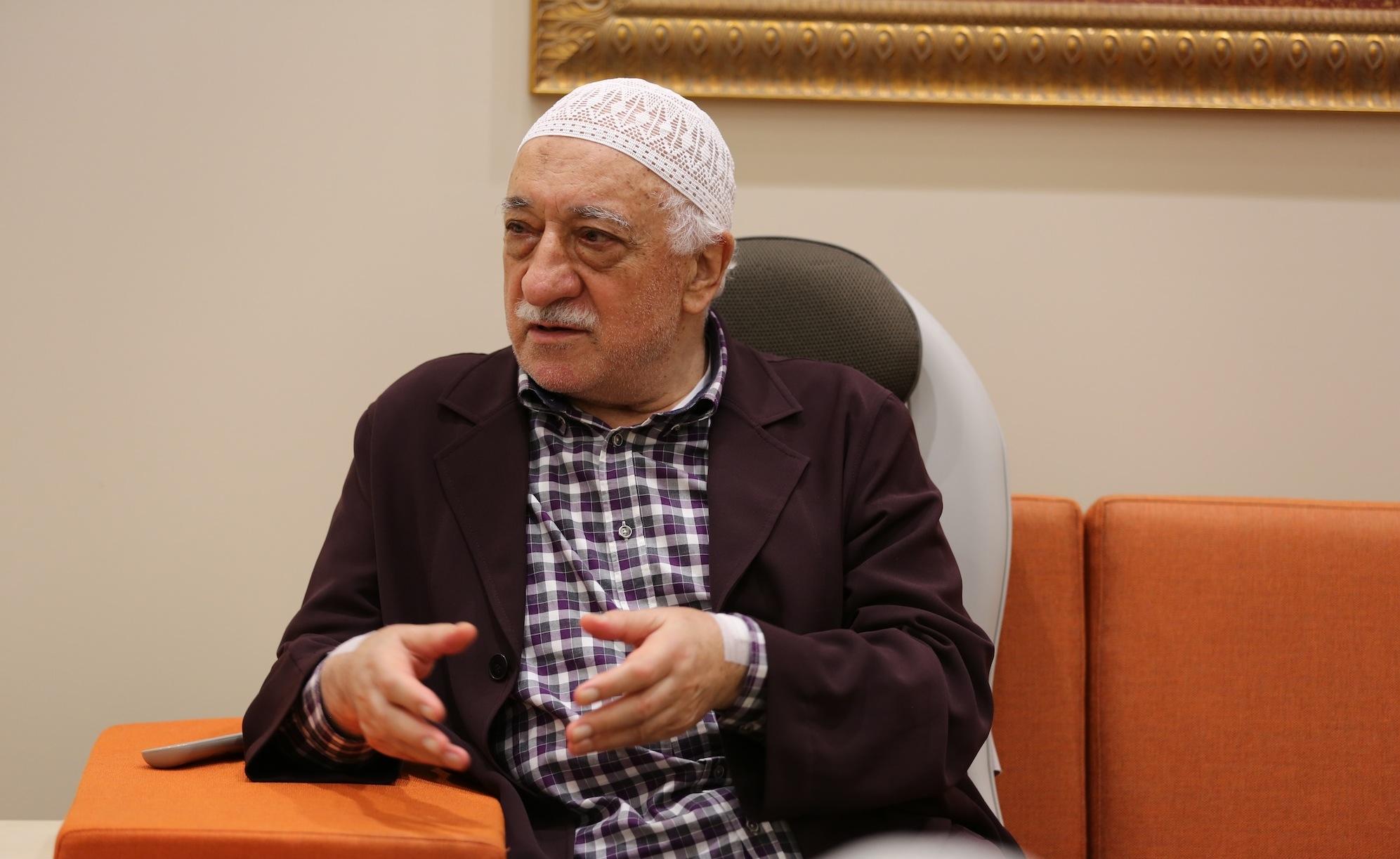 Muhterem Fethullah Gülen Hocaefendi bir hasbihal esnasında...