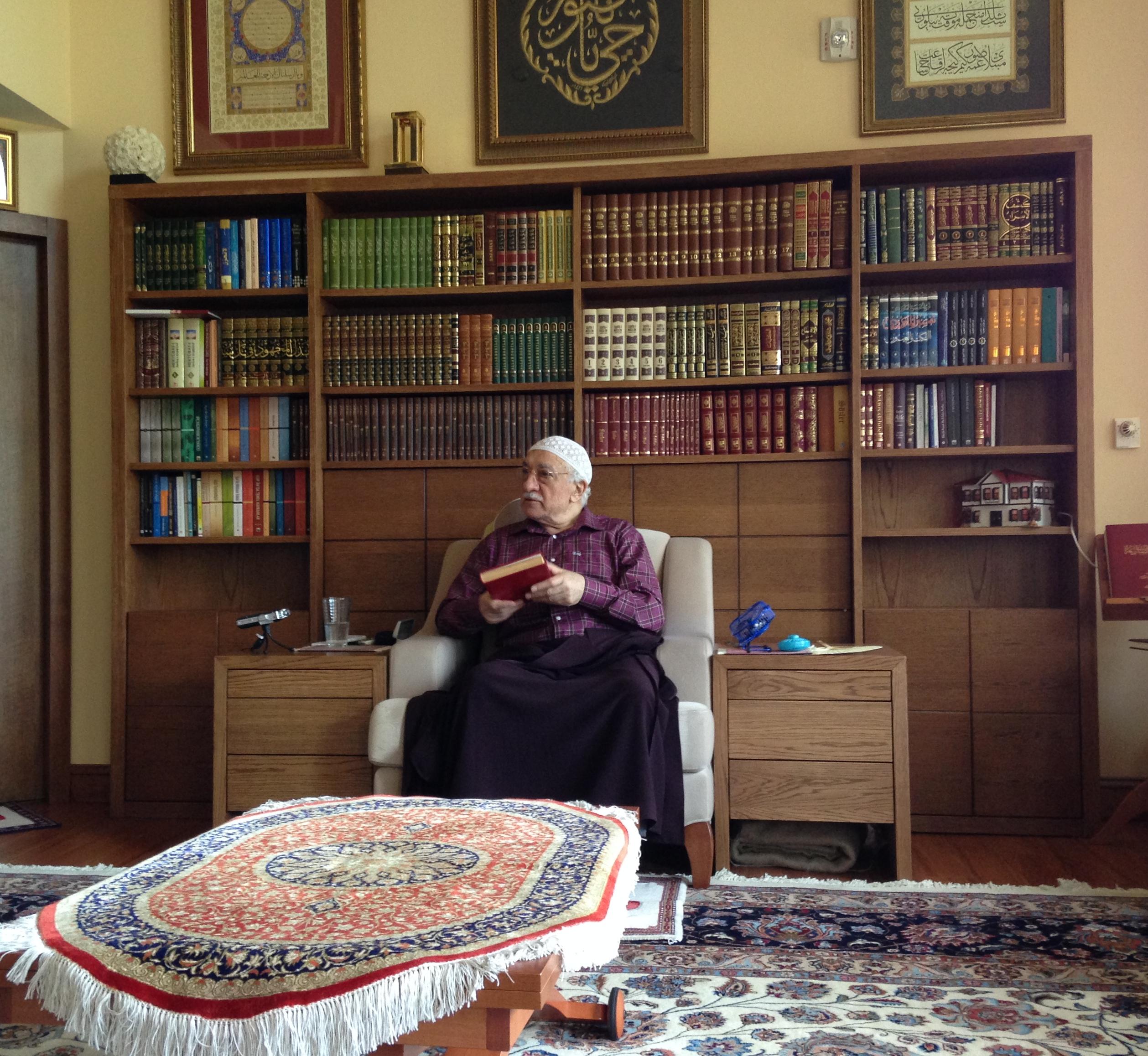 Muhterem Fethullah Gülen Hocaefendi Tefsir dersinde bir kelimenin farklı manalarını anlatırken