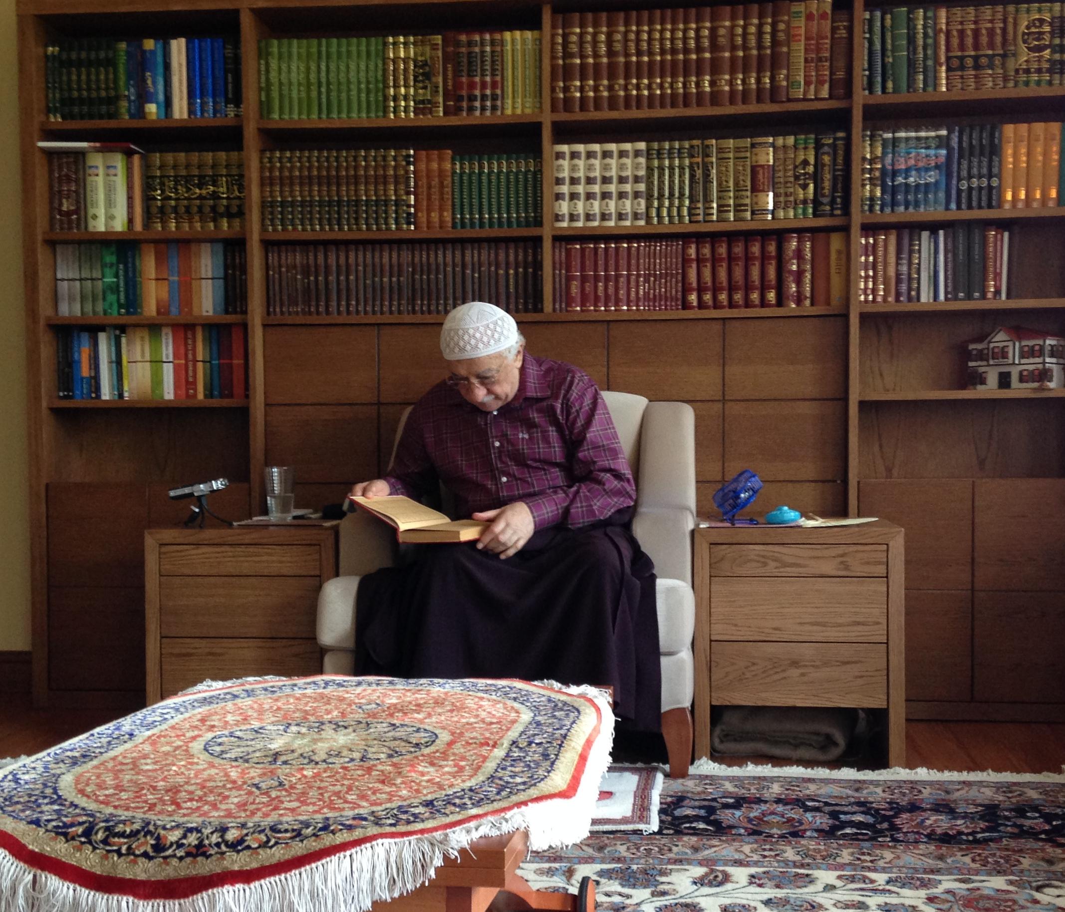 Muhterem Fethullah Gülen Hocaefendi Tefsir dersinde bir kelimenin farklı manaları için lügate bakarken