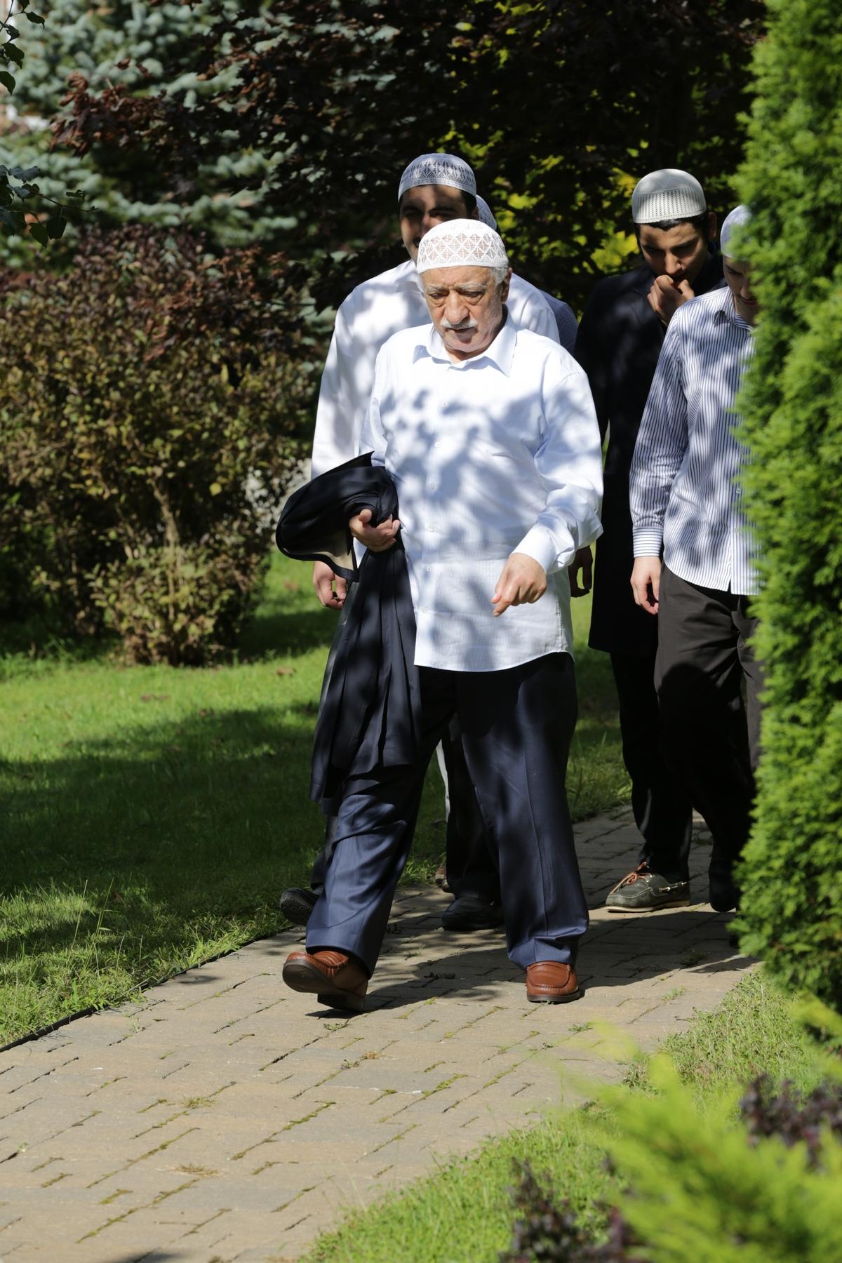 Muhterem Fethullah Gülen Hocaefendi, Cuma namazı için büyük binadaki mescide giderken…