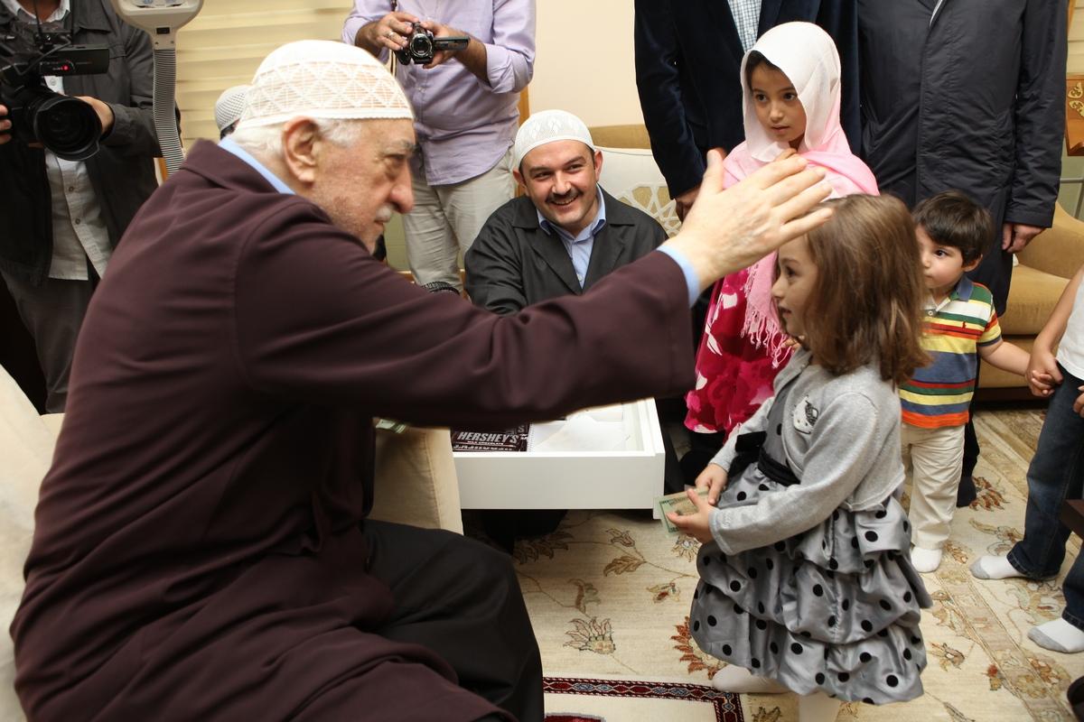 Muhterem Fethullah Gülen Hocaefendi çocuklara bayram harçlığı ve çikolata dağıtırken