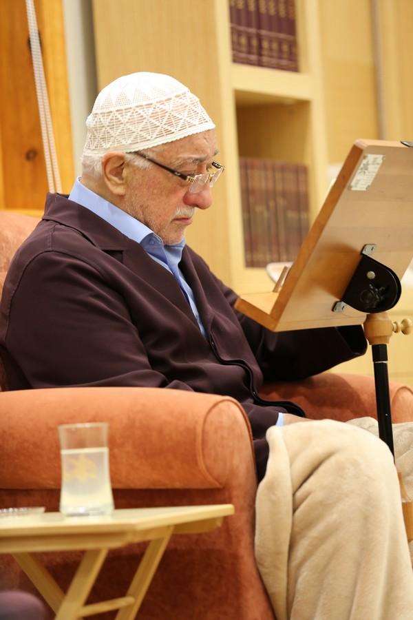 Muhterem Fethullah Gülen Hocaefendi bayram sabahı ümmet-i Muhammed (aleyhissalatü vesselam) ve bütün insanlık için dua ederke