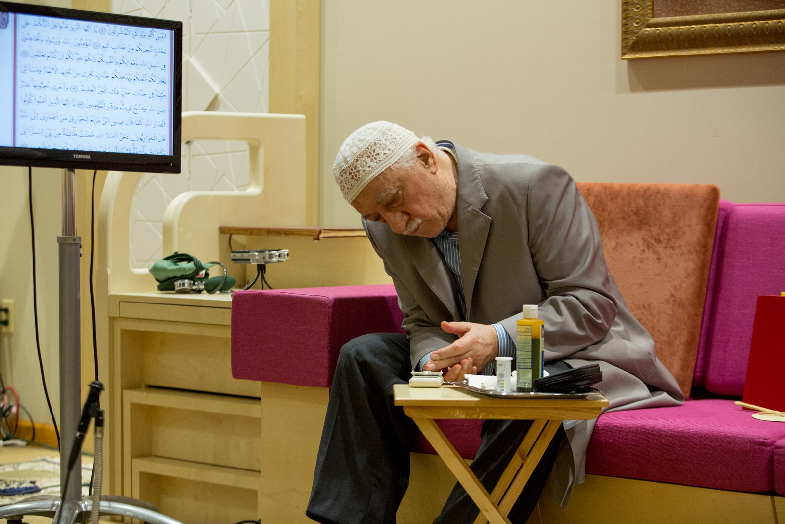 Muhterem Fethullah Gülen Hocaefendi şeker testi yaparken