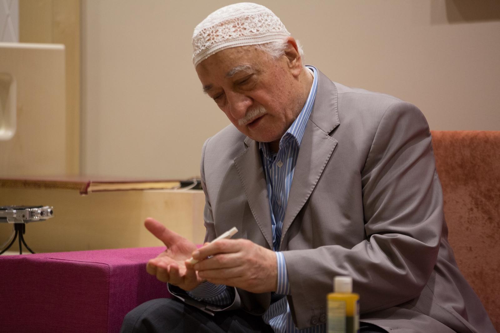 Muhterem Fethullah Gülen Hocaefendi şeker testi için parmağından kan alırken