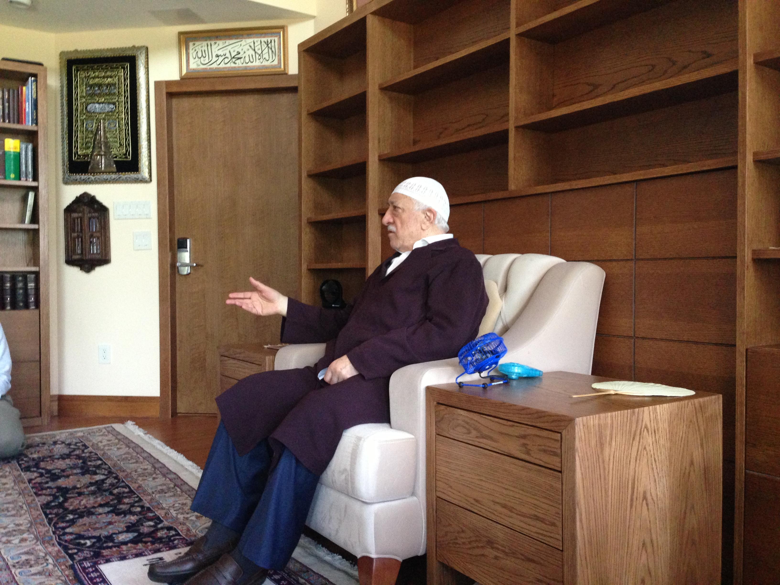 Muhterem Fethullah Gülen Hocaefendi Hocamız tamir edilen evimizin salonunda