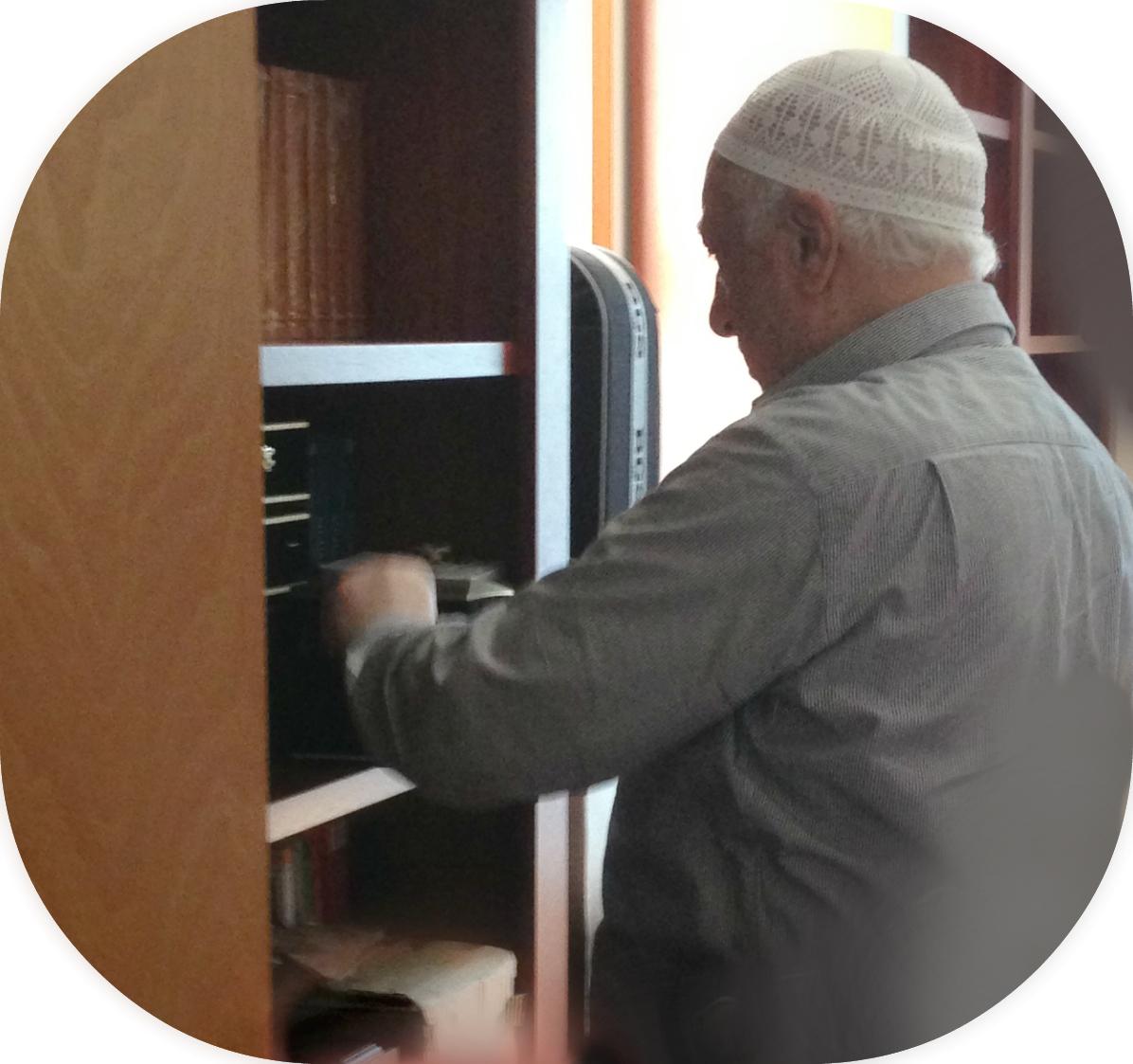 Muhterem Fethullah Gülen Hocaefendi Tamir Edilen Odasına Geçmek İçin Eşyalarını Toplarken