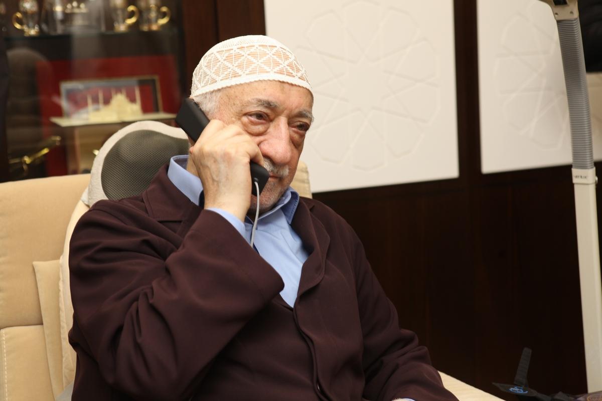 Muhterem Fethullah Gülen Hocaefendi telefonda bayramlaşırken