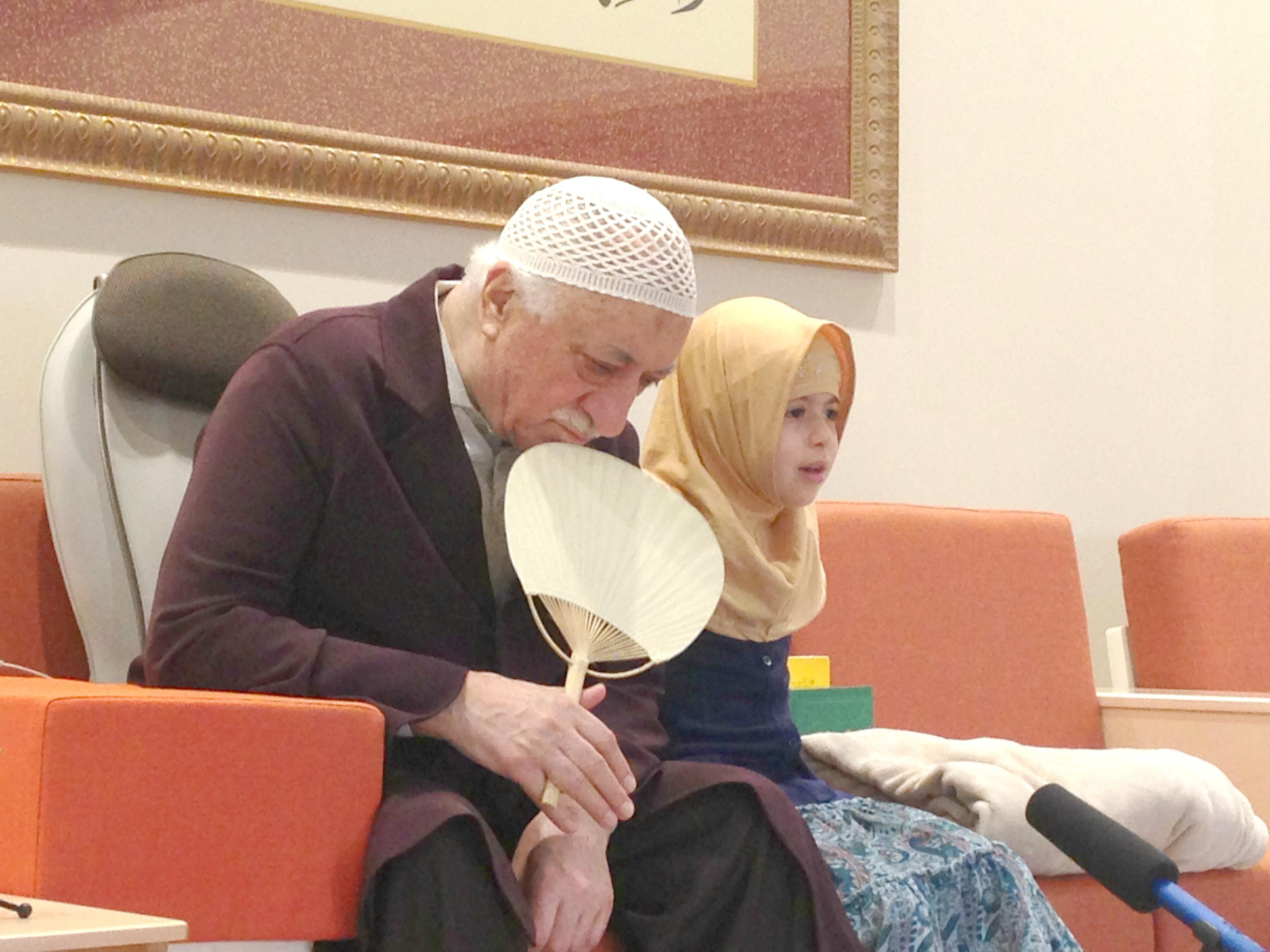 Muhterem Fethullah Gülen Hocaefendi ders arasında, ezberlediği sûreyi kendisine okumak isteyen küçük misafirimiz Halime Okur kardeşimizi dinledi.
