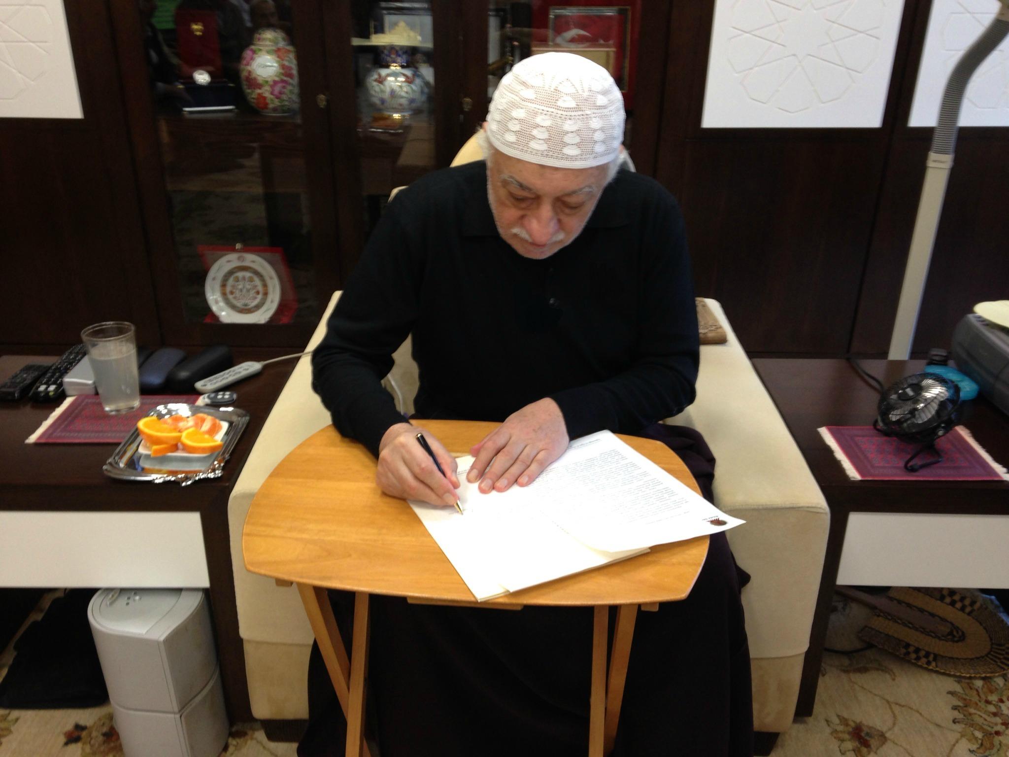 Muhterem Fethullah Gülen Hocaefendi, IRMAK Televizyonu'nun yayın hayatına başlayışı münasebetiyle gönderdiği tebrik mesajını imzalarken