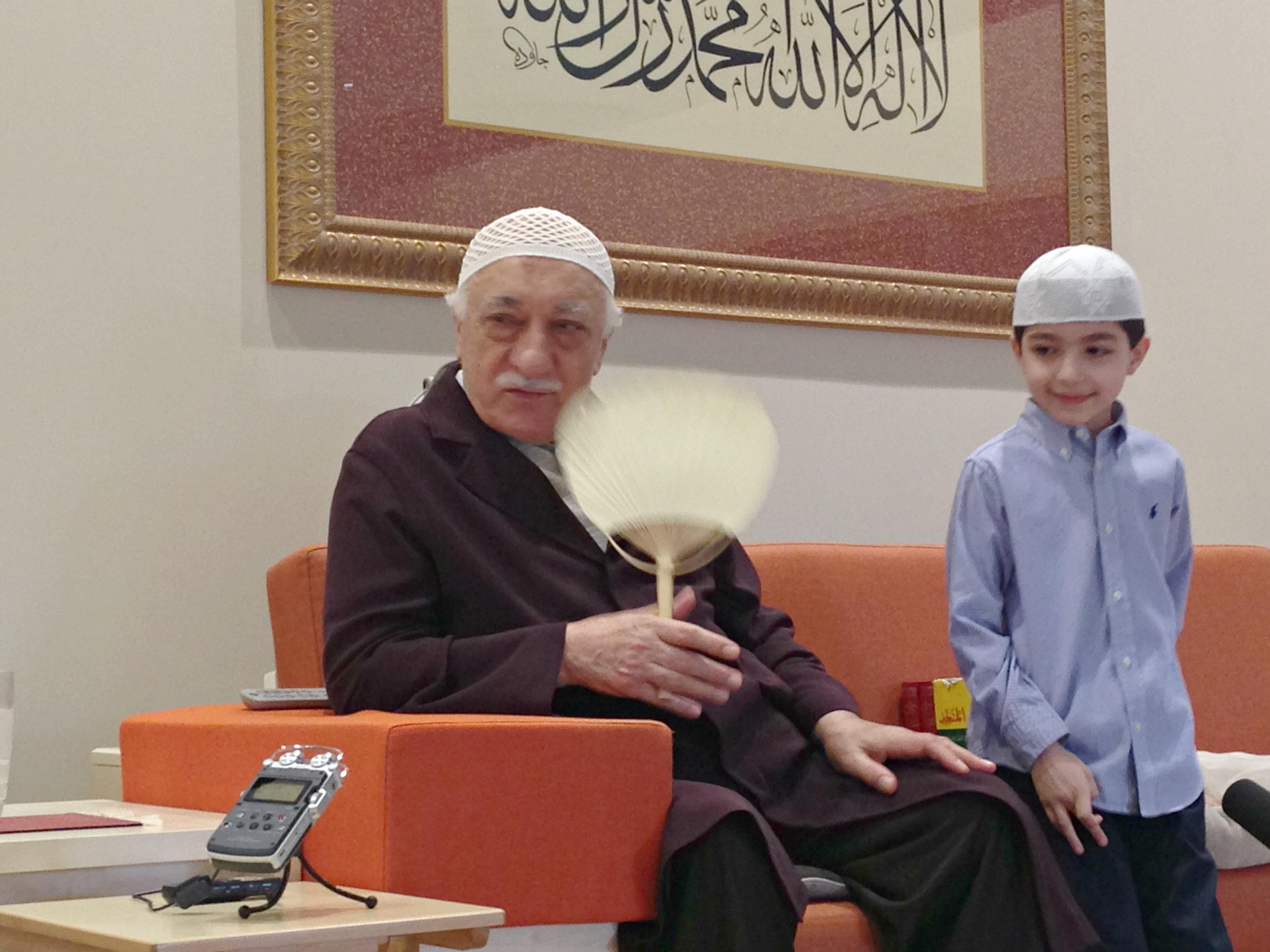 Muhterem Fethullah Gülen Hocaefendi ders arasında, ezberlediği sûreyi kendisine okumak isteyen küçük misafirimiz Selim Çalış kardeşimizi dinledi
